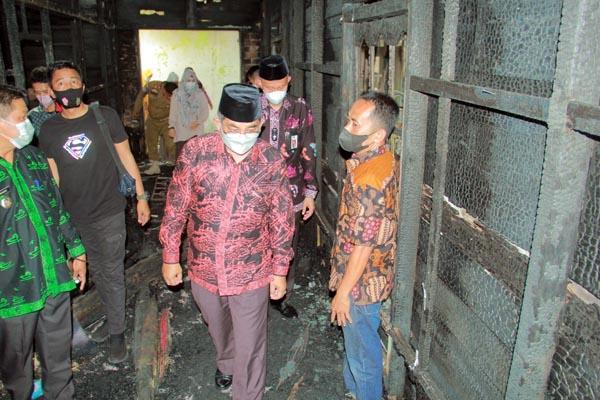 Bupati Anwar Sadat Tinjau Bagian Dalam Rumah yang Habis Terbakar di Jalan Andalan , Kelurahan Tungkal IV kota, Kecamatan Tungkal Ilir, Kamis (14/10/21). FOTO : PROKOPIM