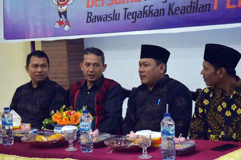 FOTO : Ketua Bawaslu Tanjabbarat dan Bawaslu Provinsi Jambi pada Rapat Koordinasi bersama Mitra Kerja Dalam menyongsong Pemilihan Kepala daerahserentak tahun 2020, Kamis (28/11/19).