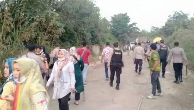 Bentrokan antara warga dan massa pekerja PT KBPC di Bungo Jambi pecah, Kamis (01/04/21). Foto: iNews TV/Budi Utomo