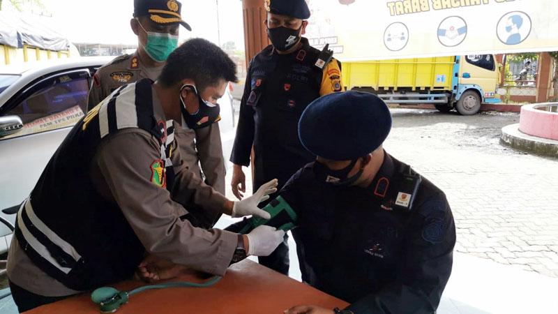Kapolres Tanjab Barat AKBP Guntur Saputro, SIK, MH memimpin Apel Bersama BKO Satbrimobda Aceh di Halaman Hotel Rivoli Kuala Tungkal, Jumat (11/12/20).