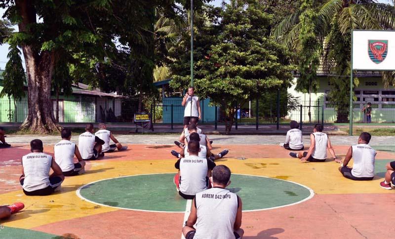 FOTO : Kasrem 042/Gapu, Kolonel Kav Rayen Obersyl Memberikan Arahan Pada Personil Saat Berjemur 30 Menit Usai Kegiatan Olahraga Rutin di Lapangan Olahraga Makorem Jambi, Kamis (24/09/20).