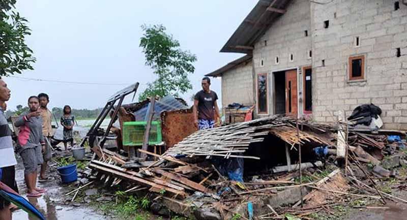 FOTO : Rumah milik Mispan di Dusun Cantuk Lor, Desa Cantuk, Kecamatan Singojuruh ambruk diterjang hujan dan angina, kemarin (19/2). (BPBD FOR JPRG/radarbanyuwangi.jawapos.com)