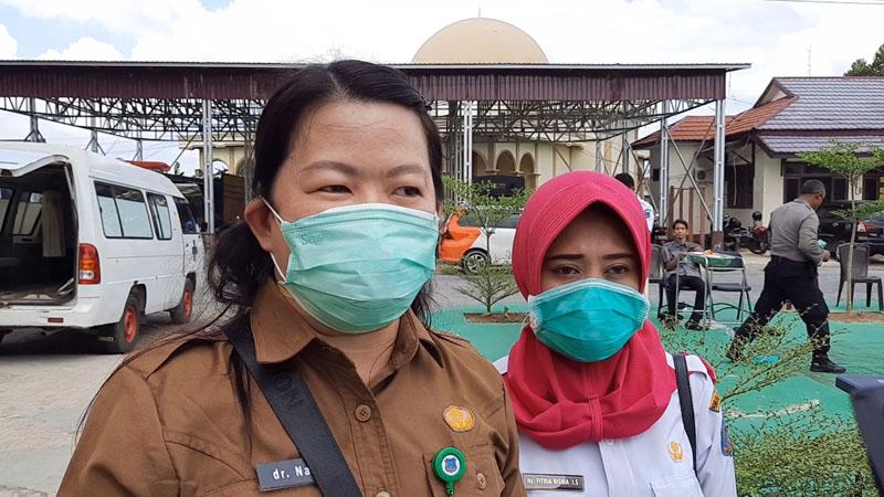 FOTO : dr. Nani Saat Memberikan Materi Pelatihan dan Simulasi Penanganan Jenazah Pasien Covid-19 kepada Tim Relawan di Mapolres Tanjag Barat, Senin (04/05/20).