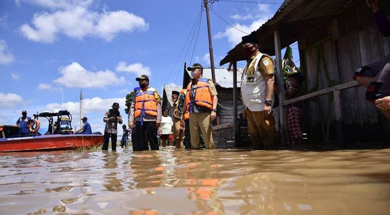 FOTO : Wali Kota Jambi H. Syarif Fasha didampigi Kapolresta dan Dandim 0415/Batanghari terjun langsung susuri Sungai Batanghari guna meninjau sejumlah lokasi yang terdampak banjir ditepian sungai terpanjang di Sumatera ini, Senin (11/05/20)