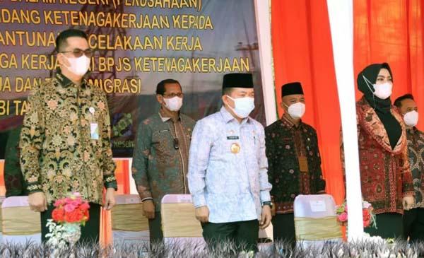 FOTO : Gubernur Jambi Dr. H. Al Haris saat menutup Pemagangan Dalam Negeri 2021 di Dinas Tenaga Kerja Provinsi Jambi, Kamis (29/07/21).