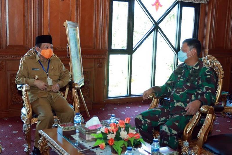 FOTO : Gubernur Jambi Fachrori saat menerima kedatangan Danrem 042/Gapu Kol. Arh. Elphis Rudy di Ruang Kerja Gubernur di Kantor Gubernur Jambi, Senin (20/04/20).