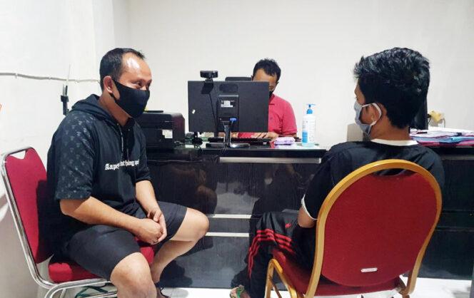 FOTO : Kapolres Tanjab Barat AKBP Guntur Saputro, SIK, MH Tengah Memeriksa Pemilik Akun IG Berisisial HB, Minggu (31/05/20)