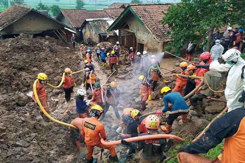 FOTO : Tim SAR Gabungan melakukan pencarian korban longsor di Sumedang, jawa Barat/Sindonews.com