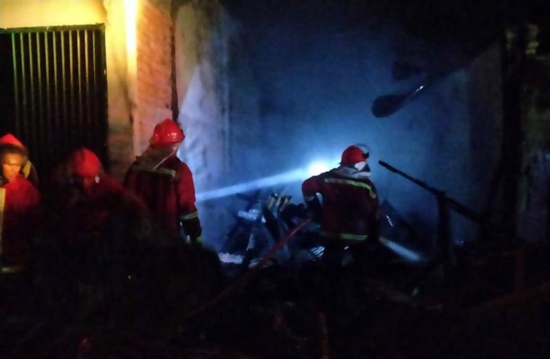 Rumah dan Kios di kawasan Jalan Parbu Siliwangi, RT 09, Kasang Jaya, Jambi Timur dilalap si Jago Merah, Sabtu (20/06/20) pukul 19.00 WIB. FOTO : Jambiindependen.co.id