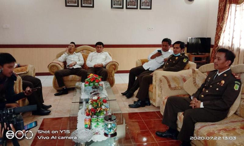 Kejari Tanjab Barat Tri Joko, SH, MH saat dikonfirmasi di Kantornya, Rabu (22/07/20).