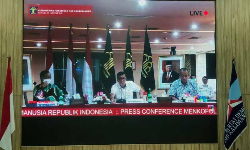 Menkumham Yasonna Laoly dalam konferensi pers daring yang didampingi Menteri Koordinator Politik Hukum dan Keamanan (Menko Polhukam) Mahfud MD, Rabu (31/03/21). FOTO : LAMPUNG POST