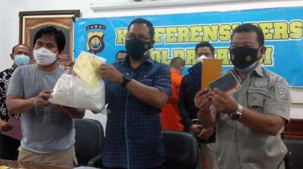 Dires Narkoba Polda Jambi Kombes Pol Dewa Putu Gede Artha Menunjukan Barang Bukti Sabu Milik BW di Mapolda Jambi, Jumat (25/06/21). FOTO : TritibunJambi