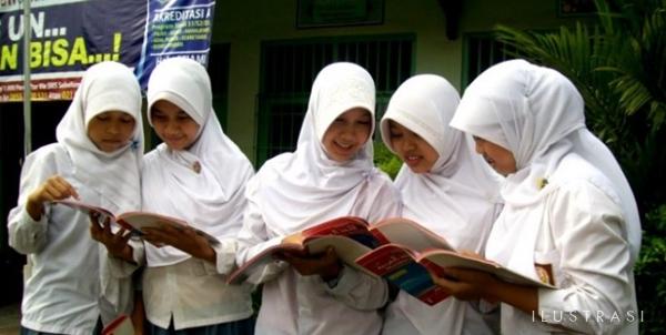 FOTO : Ilustrasi Siswa Madrasah Mengenakan Seragam Pakai Jilbab