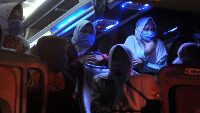 FOTO : Santi Saat Di Bus Perjalanan Pemulangan dari Ponpes Lirboyo Kediri, Jawa Timur