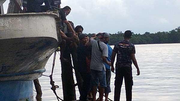 FOTO : Polisi dan Warga Mengevakusi Kedua Korban dari Tangki Bensin di Kapal KM Riyan Jaya 5 di Dermaga Gudang Tongwat Jalan Harapan RT. 09 Kel. Tungkal Harapan Kec. Tungkal Ilir, Sabtu (18/9/21).
