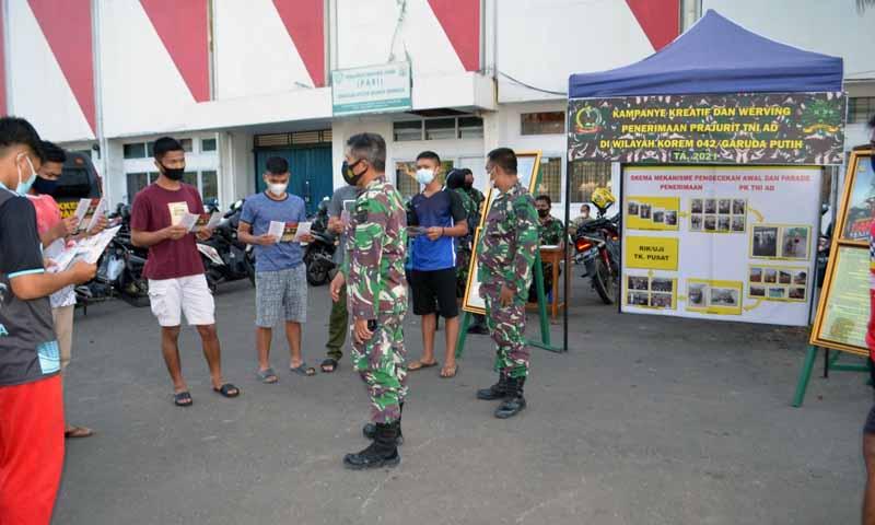 FOTO : Ajenrem 042/Gapu Gelar Kampanye Kreatif dan Werving Penerimaan Prajurit TNI di Halaman Stadion Tri Lomba Juang (KONI) Kota Jambi, Jum'at, (05/02/21).