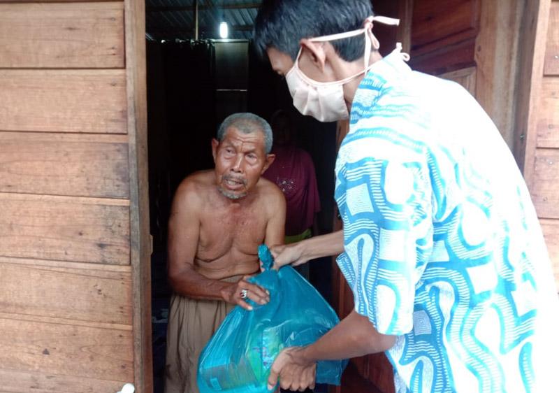 FOTO : Kegiatan Saat Membagikan Srmbako kepada Salah Satu Warga, Kamis (23/04/20)