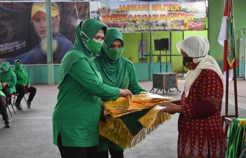 FOTO : JAMBI - Ketua Persit KCK Koorcab Rem 042 PD/Sriwijaya mengadakan pertemuan bersama anggota bertempat di lapangan tenis indoor Korem 042/Gapu Jambi, Kamis (04/02/21).