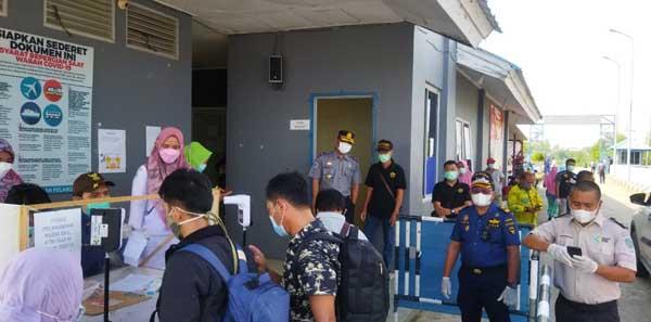 FOTO : Para Penumpang Menjalani Pemeriksaan Setiba di Pelabuhan Roro Kuala Tungkal Kamis (20/05/21).