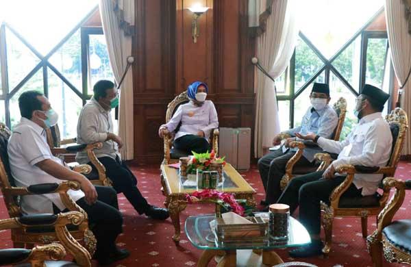 Bupati Tanjabbar dan Tanjabtim Saat Ikuti Rapat Penyelesaian Penegasan Batas Daerah dengan Pj Gubernur, Rabu (19/05/21). FOTO : Prokopim
