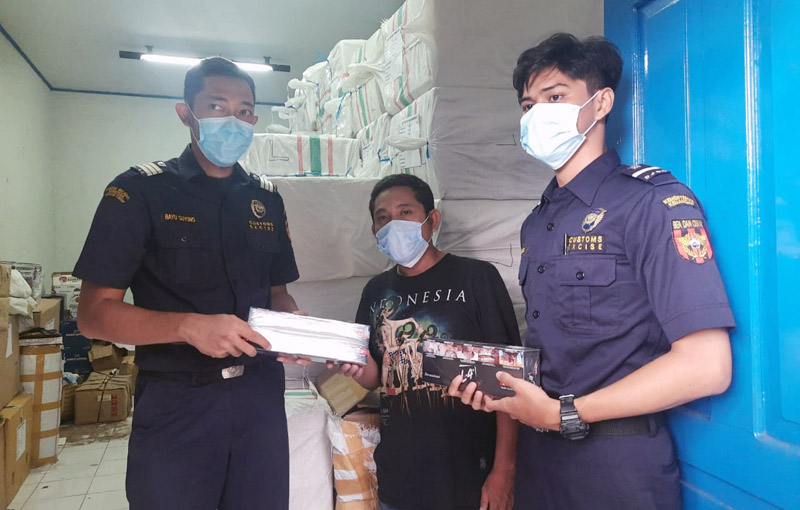 FOTO : Petugas kantor Bea Cukai Jambi mengamankan rokok illegal tampa pita cukai di Jalan Tembesi-Jambi, Kecamatan Muara Bulian, Kabupaten Batanghari, Kamis (19/11/20)