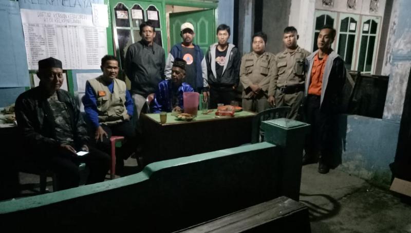 FOTO : Kepala Pelaksana Badan Penanggulangan Bencana Daerah (BPBD) Kabupaten Tanjung Jabung Barat Drs. H. Kosasih Saat Di Posko Tanggap Darurat, Sabtu Malam (01/12/18)