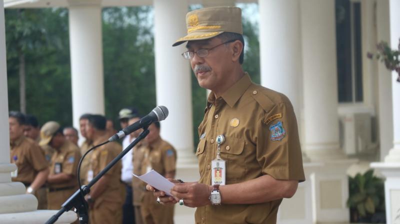 FOTO : Sekda Tanjab Barat Drs. H. Ambok Tuo, MM saat memimpin upacara bendera, Senin (03/12/18)