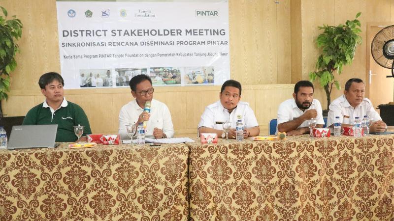 FOTO : Drs. Junaedi Rahmad, (ke dua dari kiri), Kepala Dinas Pendidikan Kabupaten Tanjung Jabung Timur Membuka acara District Stakeholder Meeting Sinkronisasi Rencana Program PINTAR di aula Dinas Pendidikan, Rabu, (05/12/18)