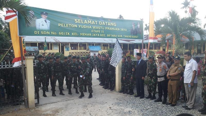 FOTO : Sekda Tanjab Barat Drs. H. Ambok Tuo, MM Melepas Peserta Estape II Peleton Beranting Yudfha Wastu Pramuka Jaya 2018, Minggu (16/12/18)