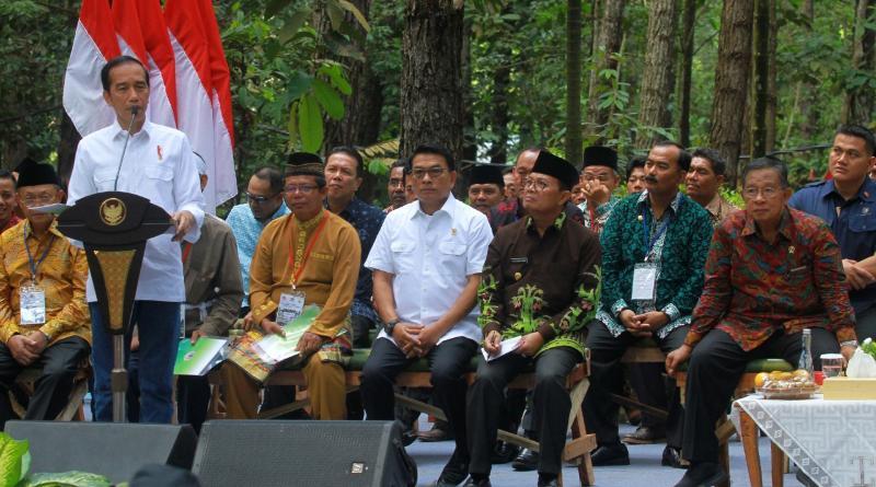 FOTO : Wabup Drs. H. Amir Sakib Saat Hadiri Penyerahan SK Perhutanan Sosial Oleh Presiden Jokowi di Jambi, Minggu (16/12/18)