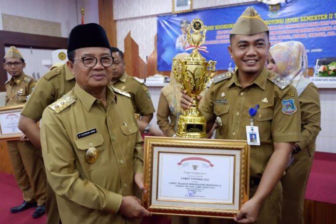 FOTO : Johan Hendry Broring, S.STP Menerima Piagam Penghargaan dari PLT. Gubernur Provinsi Jambi DR. H. Fahrori Umar, M.Hum, Selasa (18/12/18)