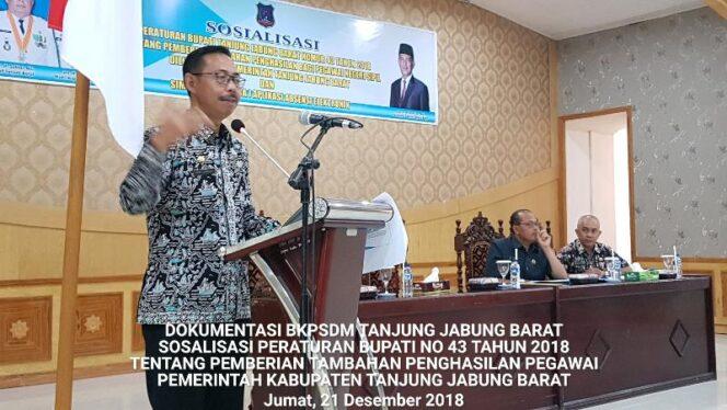 FOTO : Kepala BKPSDM Kabupaten Tanjab Barat Drs. Encep Jarkasih Membuka Sosialisasi Tambahan Penghasilan Pegawai (TPP), Jumat (21/12/18)