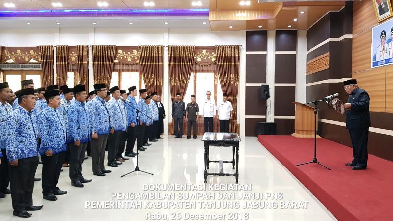 FOTO : Dokumentasi Pengambilan Sumpah Janji PNS oleh Bupati Tanjab Barat DR. Ir. H. Safrial, MS, Rabu (26/12/18)