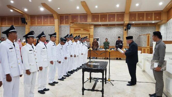 FOTO : Bupati Tanjab Barat DR. Ir. H. Safrial, MS Melanti 15 Kades Terpilih Pilkades Serentak di Gedung Balai Pertemuan, Jumat (28/12/18)