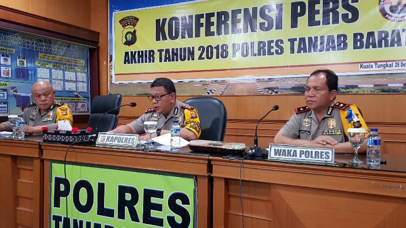 FOTO : Kapolres Tanjab Barat AKBP. ADG Sinaga, S.IK (tengah) saat Memberikan Keterangan Pres, Jumat (28/12/18)