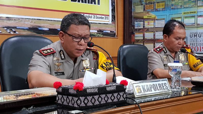 FOTO : Kapolres Tanjab Barat AKBP. ADG Sinaga, S.IK saat Memberikan Keterangan Pres, Jumat (28/12/18)