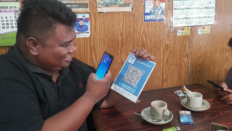 FOTO : Salah Satu Pengemar Kopi Mail Melakukan Pembayaran Melalui MY QR di Warkop Mail Parit 1 Kuala Tungkal, Sabtu (29/12/18)
