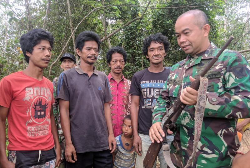 FOTO : Danrem 042 Gapu Kolonel Inf Dany Budiyanto, SE Saat Meberima Penyerahan 3 Pecuk Senjata Rakitan dari Warga SAD
