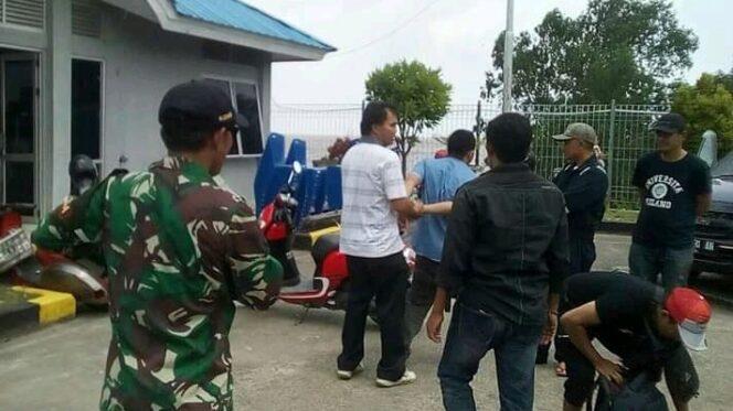 FOTO : Pelaku Saat Diamankan Petugas Di Pelabuhan Roro Kuala Tungkal, Minggu (20/01/19)