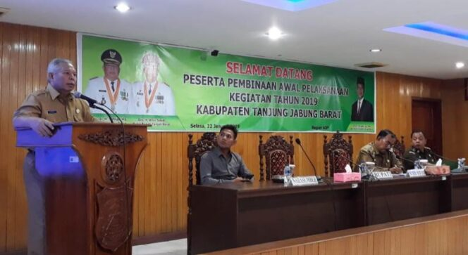 FOTO : Bupati Tanjab Barat H. Safrial Sambutan pada Rapat Koordinasi Pembinaan Awal Pelaksaan Kegiatan Tahun 2019 di Aula Utama Kantor Bupati, Selasa (22/01/19).