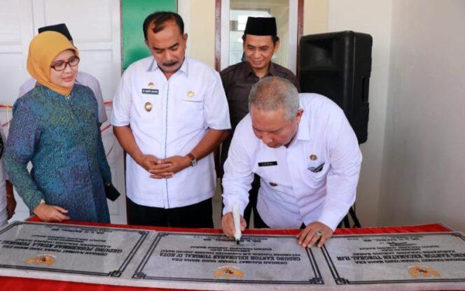FOTO : Bupati H. Safrial Menandatangani Prasasti Peresmian, Rabu (23/01/19)