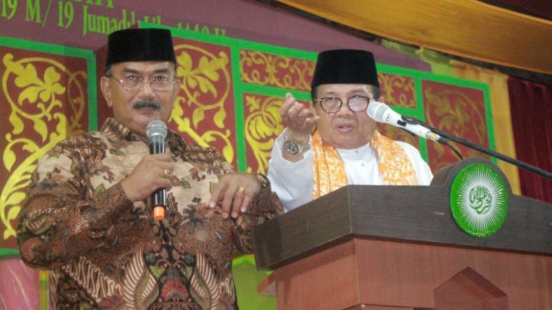 FOTO : Plt. Gubernur Jambi Fachrori Uman dan Wabup H. Amir Sakib Saat Melantunkan Shalawat Badar