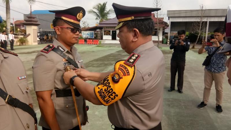 FOTO : Kapolres AKBP. ADG Sinaga, S.IK Menyematkan Tanda Jabatan Kepada IPTU Agung Heru W, SH, MH kapolsek KPM, Jumat (01/02/19)