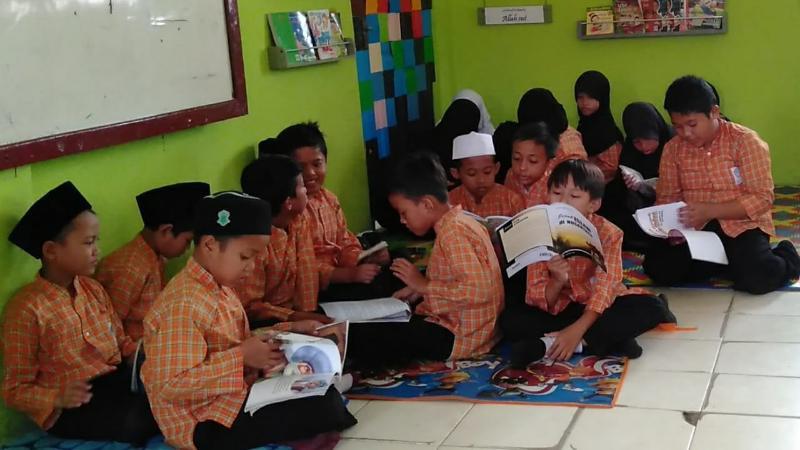 FOTO : Siswa siswi SDN 005/V Kuala Tungkal Membaca Buku Bacaan di pojok baca di kelas IV, Selasa, (12/2/2019)