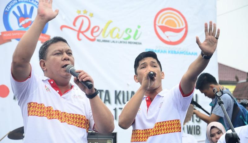 FOTO : Kapolres AKBP. ADG Sinaga, S.IK Saat Menyumbangkan Lagu Diacara Millenial Road Safety Festival, Minggu (17/02/19)