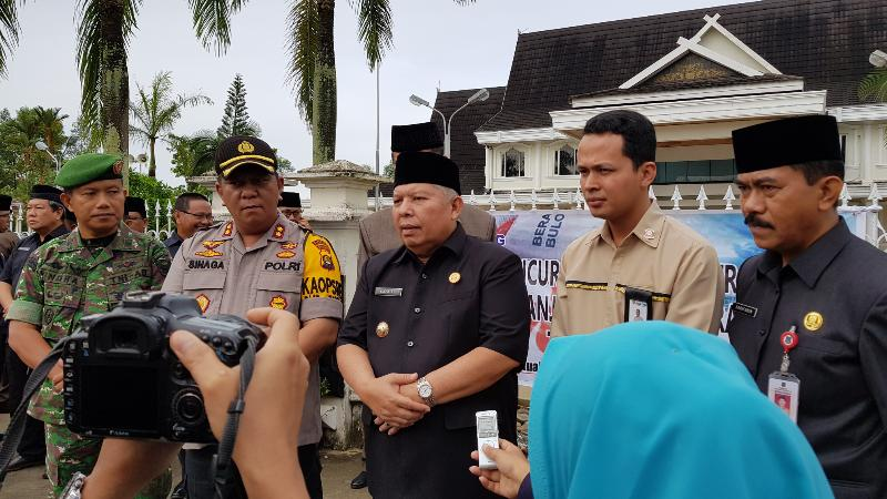 FOTO : Kapolres Tanjab Barat AKBP. ADG Sinaga, S.IK dan Bupati H. Safrial saat Memberikan Keterangan kepada Wartawan, Senin (18/02/19)