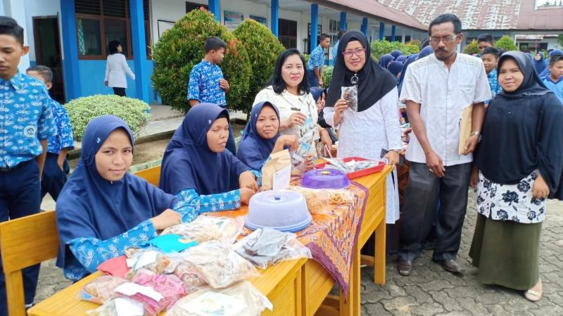FOTO : R. Ellen Della Purba, Mendampingi SMPN 17 Tanjab Timur yang Sedang Mengadakan Bazar Sekolah, Jum'at, (8/3/19)