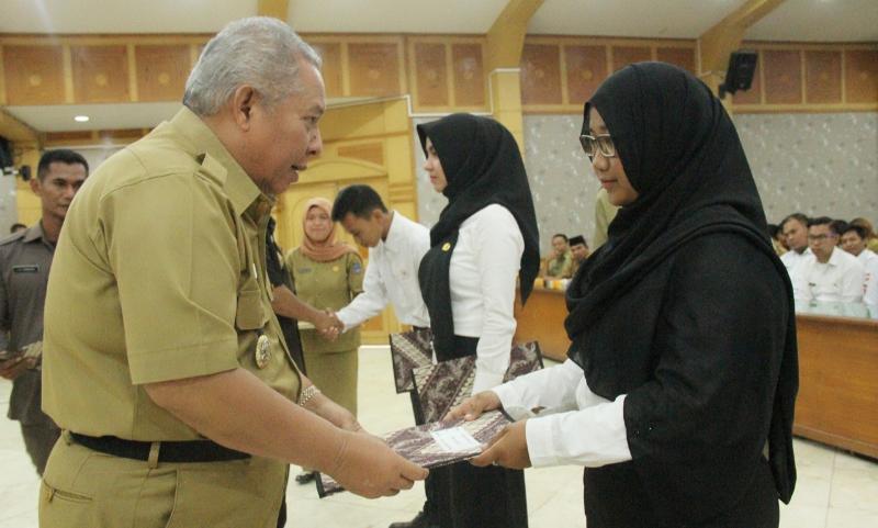 FOTO : Bupati Tanjung Jabung Barat DR. Ir. H. Safrial, MS secara simbolis menyerahkan SK 185 CPNS, Senin (11/03/19)