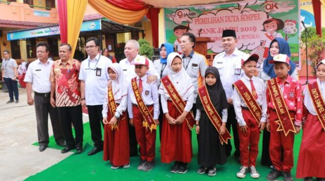 FOTO : Bupati Tanjung Jabung Barat DR. Ir. H. Safrial, MS menghadiri acara Pemilihan Duta Simple Bank 9 Jambi yang diselenggarakan oleh Bank 9 Jambi Kanca Kuala Tungkal di SD Negeri 18/V Kuala Tungkal, pada Rabu (27/03/19)