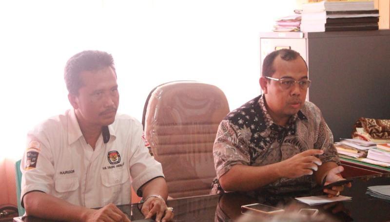 M. Sanusi, Komisioner KPU Provinsi Jambi Divisi Tekhnis didampingi Ketua KPU Tanjab Barat Hairuddin, S.Sos dalam keterangan persnya di KPU Tanjab Barat, Senin (21/04/19)